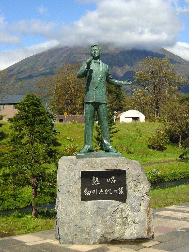 細川たかしの像